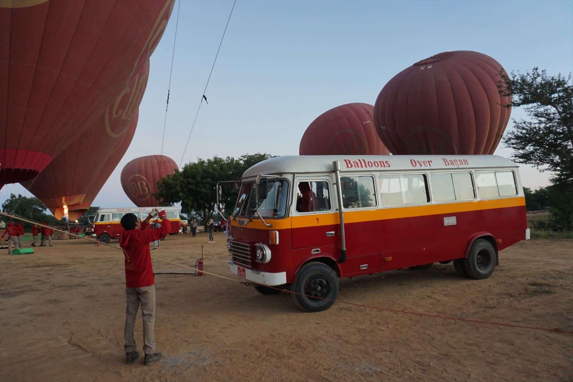 Oldtimerbus Balloons over Bagan