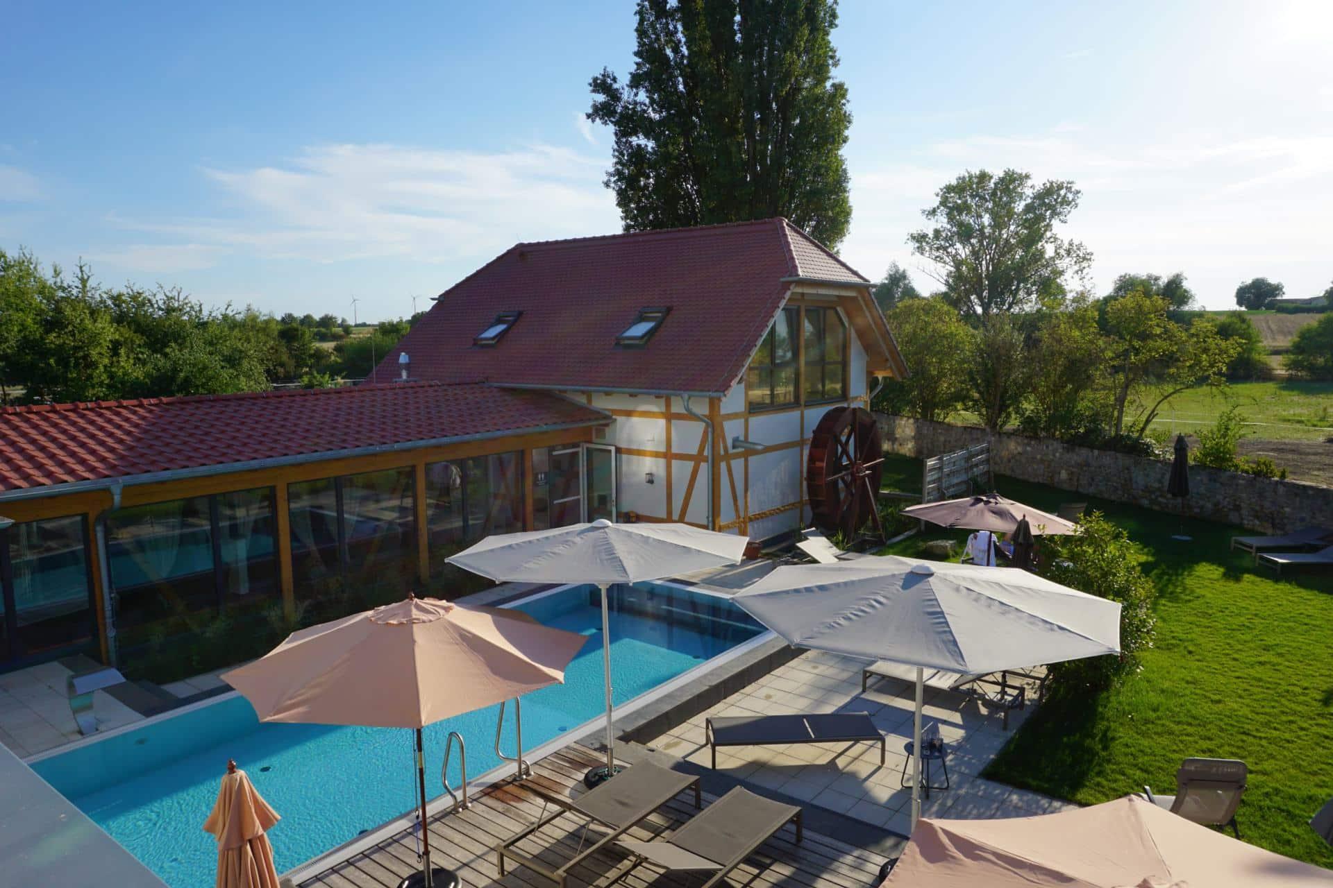 Poolbereich und Garten des Wellnesshotel Jordans Untermühle in Rheinhessen