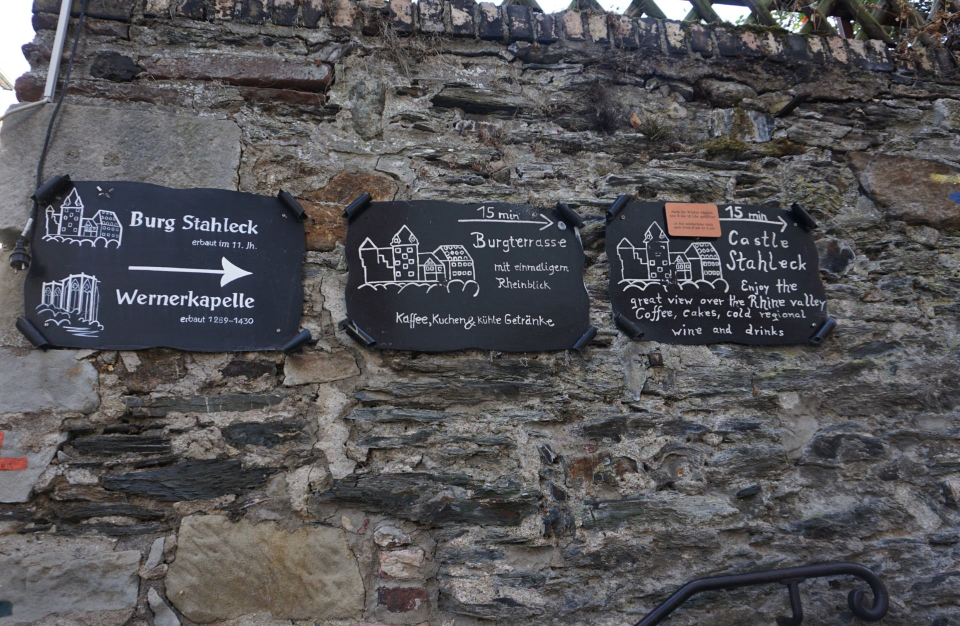 Schilder in Bacharach zur Burg Stahleck